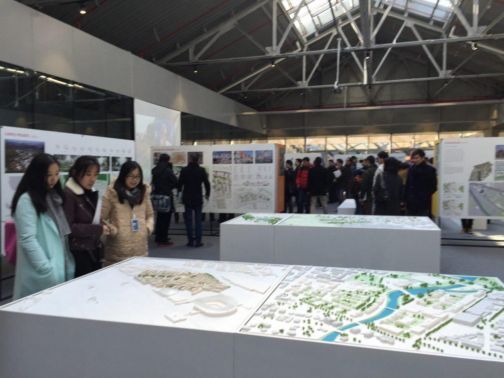 Besucher in der Ausstellungshalle